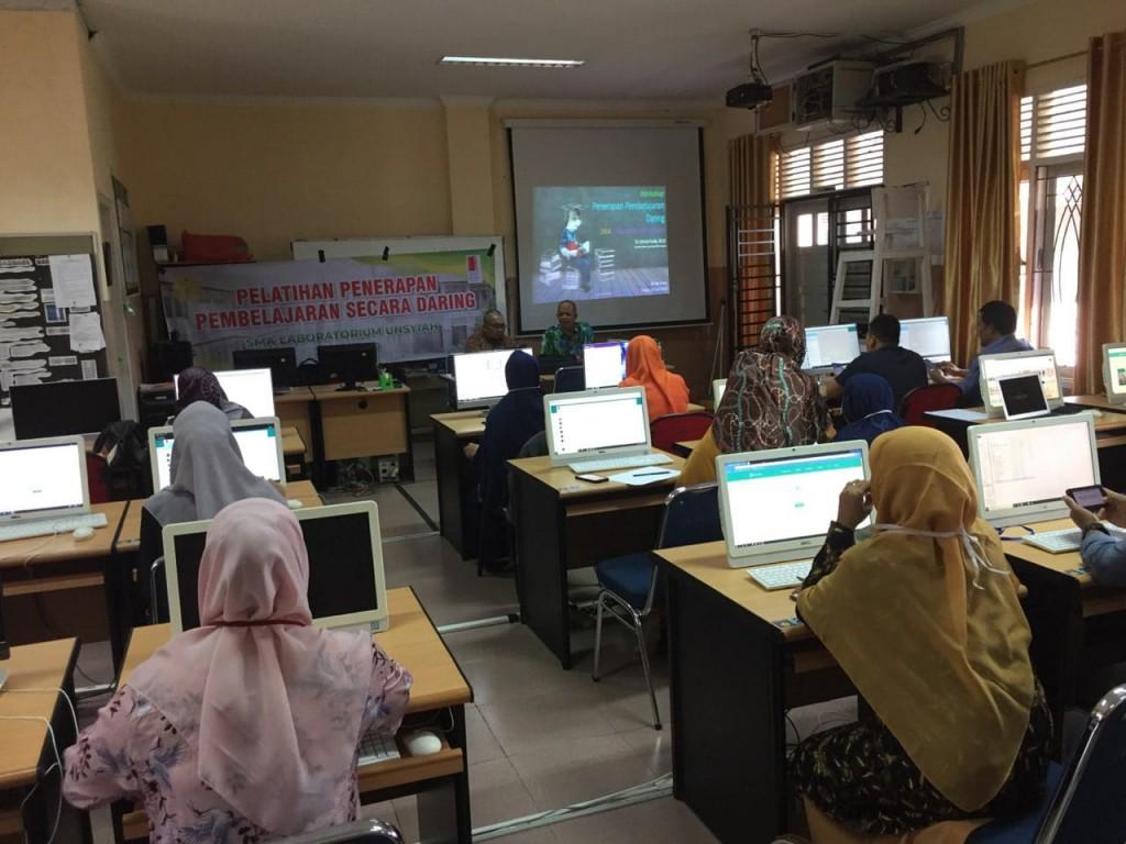 Kepala Sekolah memberikan motivasi kepada guru-guru yang tengah mengikuti pelatihan