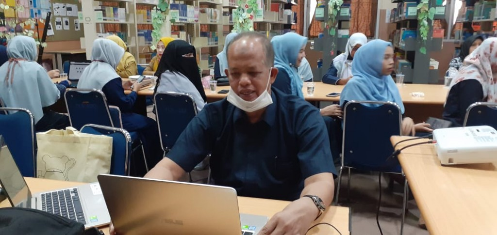 Kepala Sekolah memberikan arahan dan motivasi kepada siswa kelas X