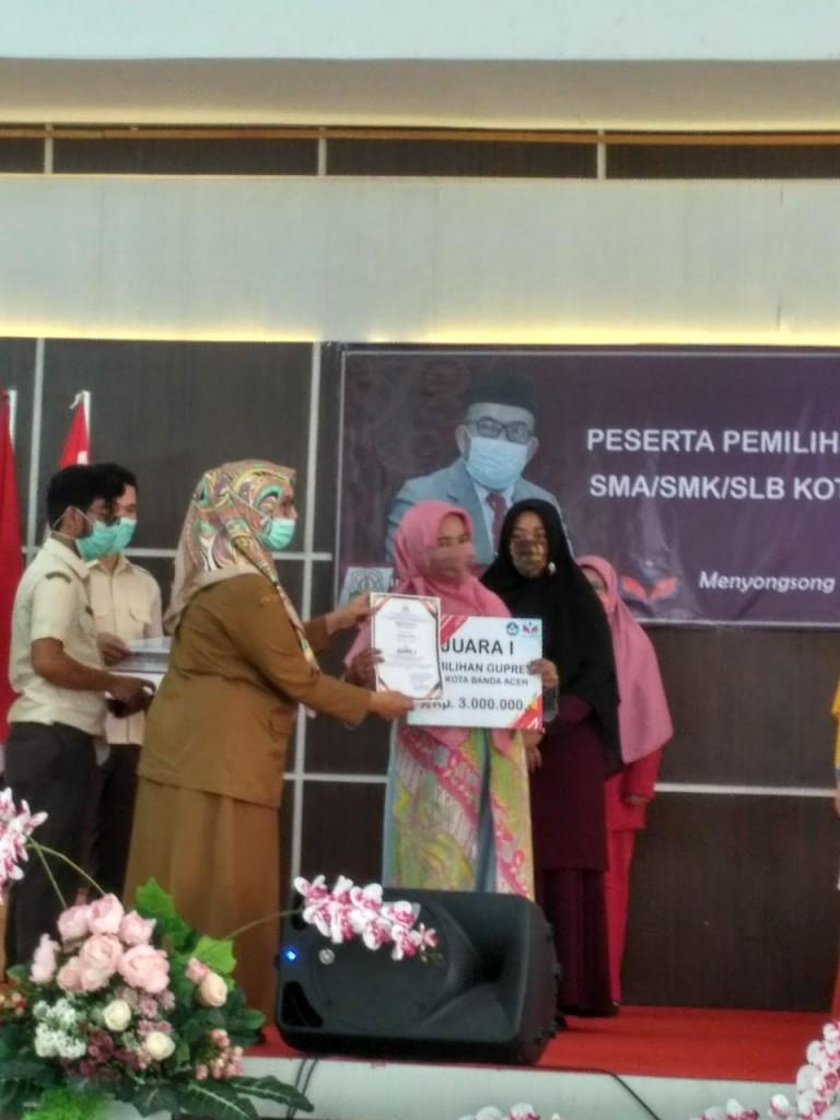 Penyerahan Hadiah Juara I oleh Dra. Lila Rosnilawati
